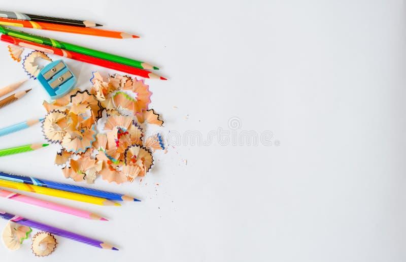 Lápices y virutas coloreados en fondo del Libro Blanco Visión superior imagenes de archivo