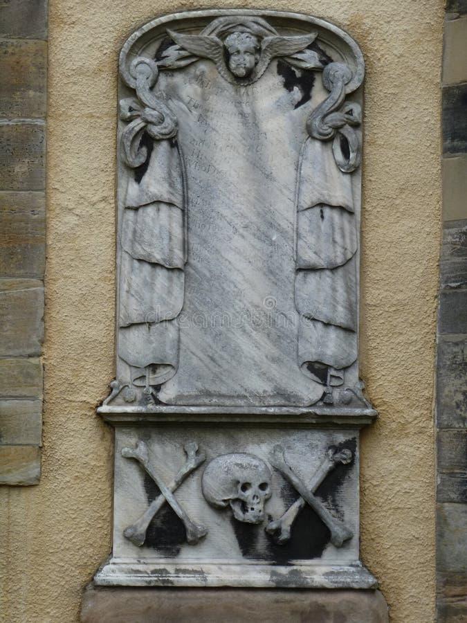 Lápida mortuaria con el cráneo, el ángel, y la bandera pirata foto de archivo libre de regalías