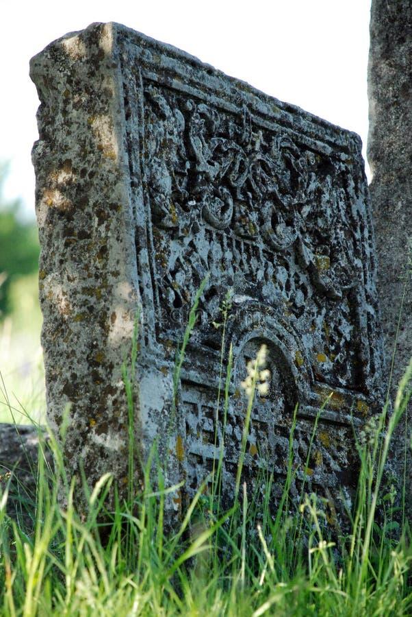 Lápida mortuaria judía antigua con los elementos florales fotos de archivo