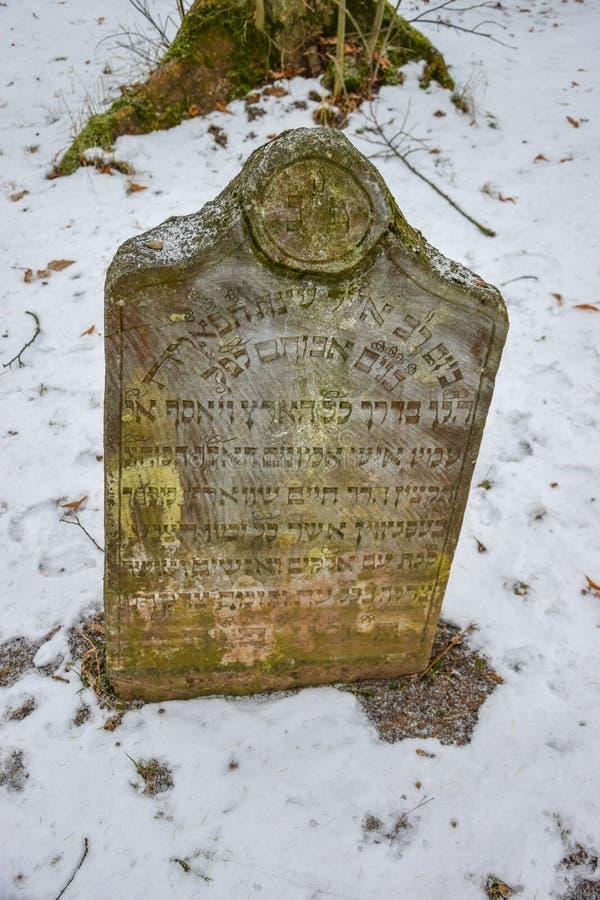 Lápida mortuaria judía vieja en el invierno, República Checa imagen de archivo libre de regalías