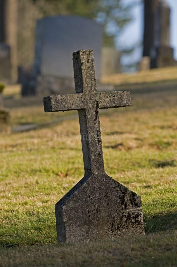 Lápida mortuoria cruzada vieja fotos de archivo libres de regalías