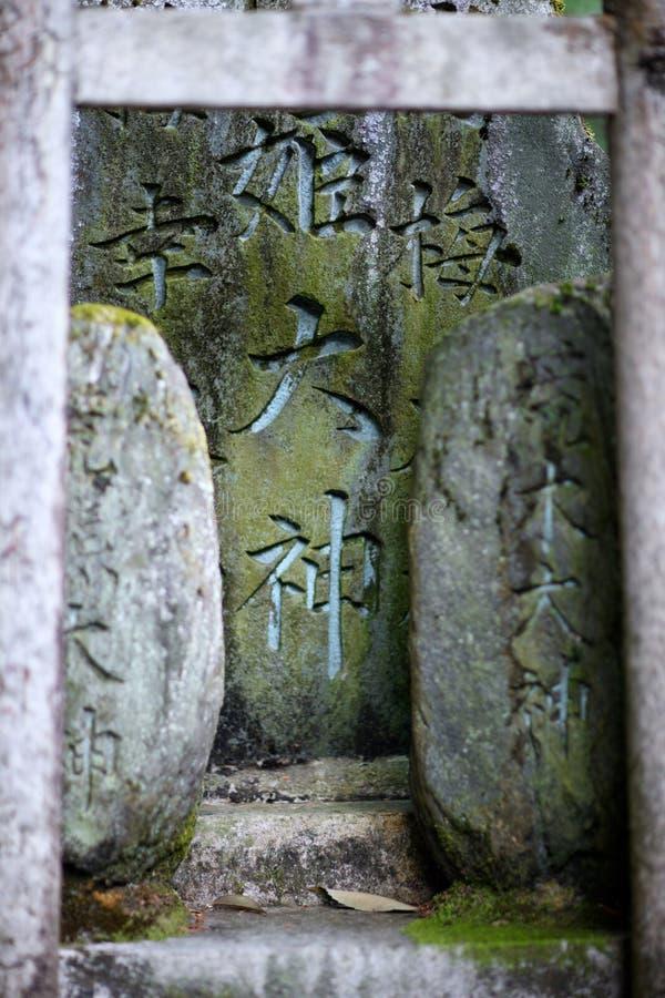 Lápidas mortuarias cubiertas de musgo antiguas fotografía de archivo