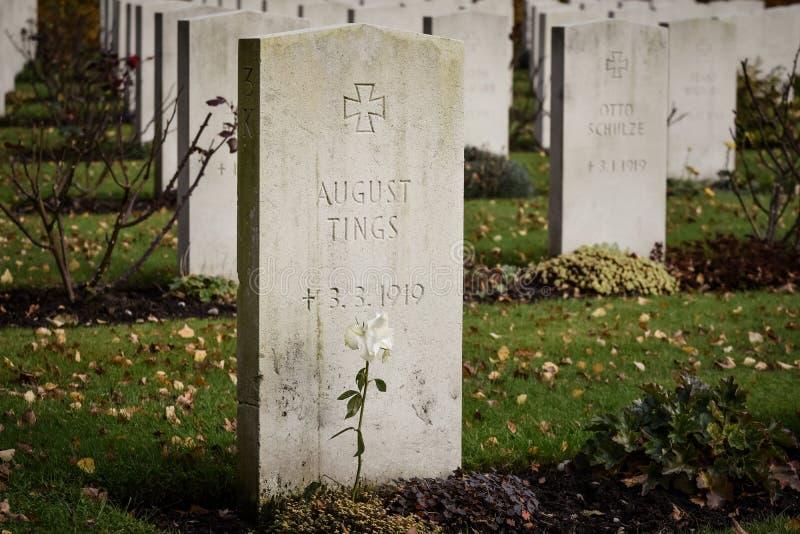 Lápidas mortuarias del cementerio de la guerra imagen de archivo libre de regalías