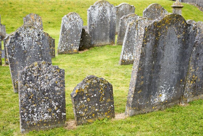Lápidas mortuarias en el cementerio antiguo imagen de archivo libre de regalías