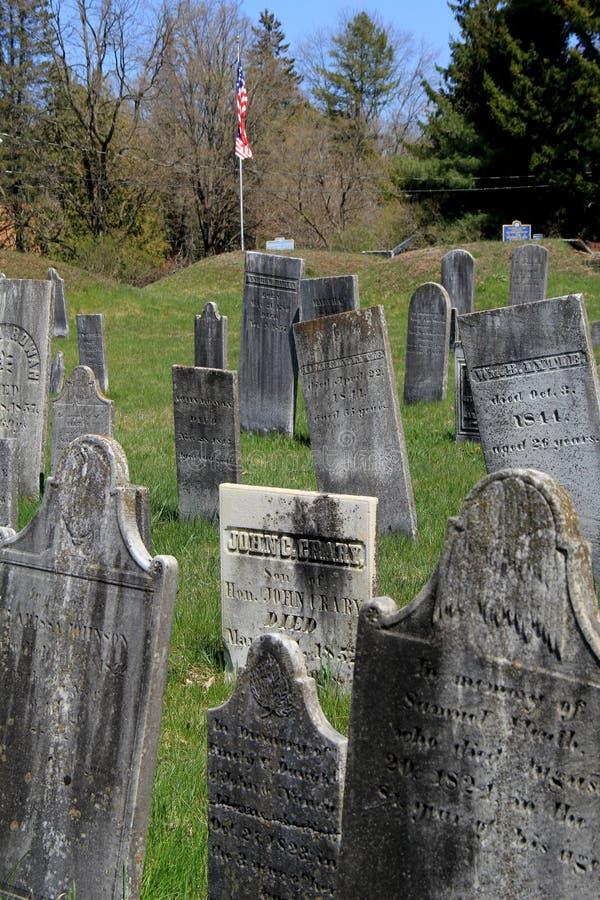 Lápidas mortuarias históricas en la hierba y el paisaje montañoso, el cementerio revolucionario, Salem, Nueva York, 2016 imagenes de archivo