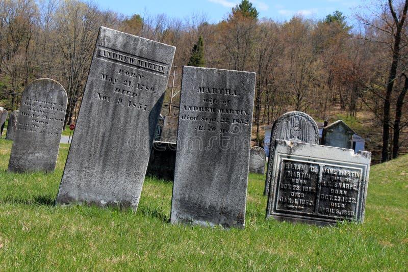 Lápidas mortuarias históricas en la hierba y el paisaje montañoso, el cementerio revolucionario, Salem, Nueva York, 2016 imagen de archivo