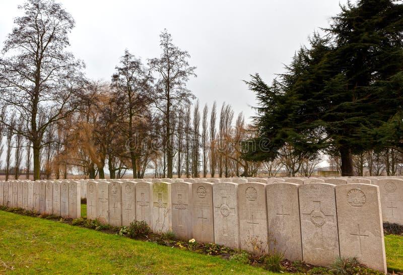 Lápidas mortuorias de WWI de sepulcros en el cementerio de Lijssenhoek,  fotografía de archivo