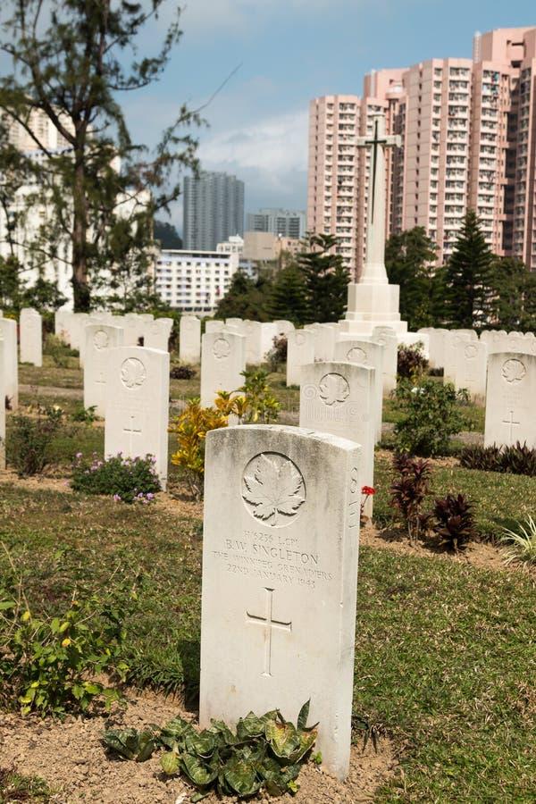 Lápidas mortuorias en Sai Wan War Cemetery, un cementerio de la Comisión de los sepulcros de la guerra de la Commonwealth en Hong foto de archivo