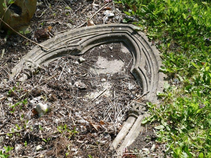 Lápide caída em um cemitério fotografia de stock
