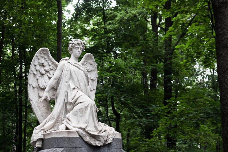 A lápide do anjo afligindo-se de 19o século-um no alemão foto de stock