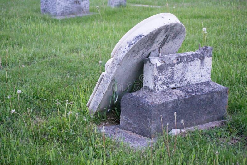 Lápide quebrada cemitério do país imagem de stock royalty free