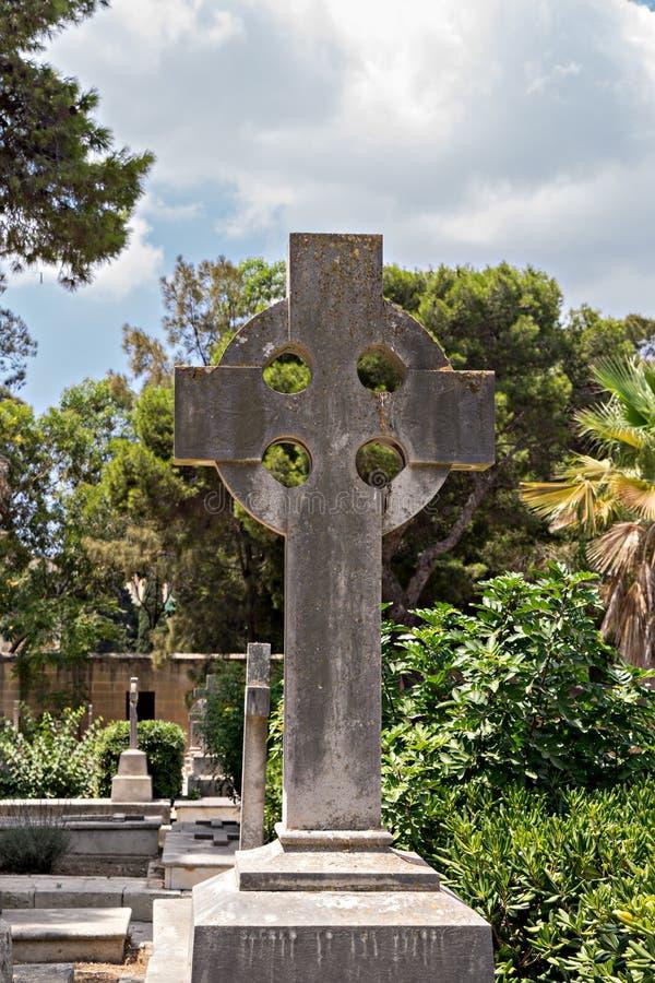 Lápide velha com céltico para cruzar um cemitério antigo da guerra imagem de stock royalty free