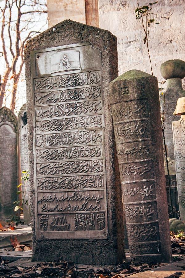 Lápides antigas em um cemitério do período do otomano foto de stock