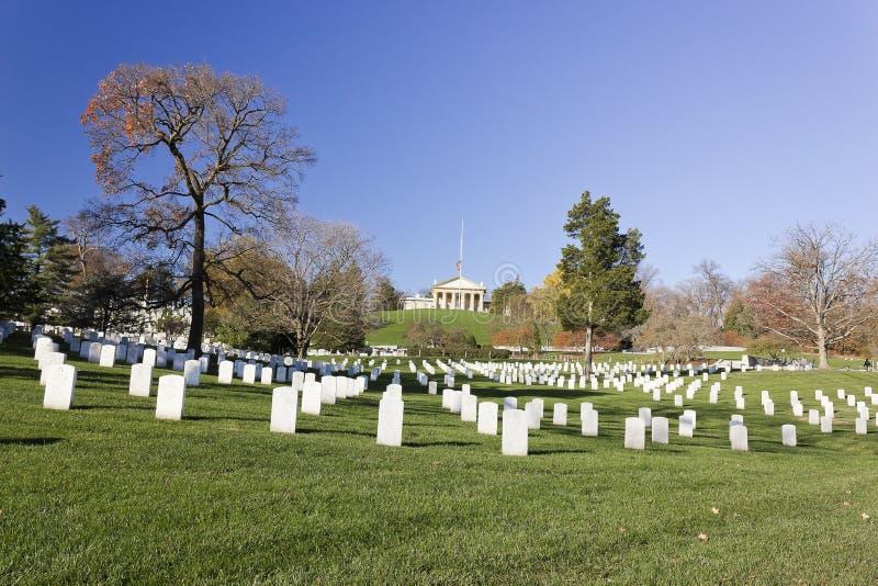 Lápides de mármore na seção 32 no cemitério nacional de Arlington com casa de Arlington acima imagens de stock royalty free