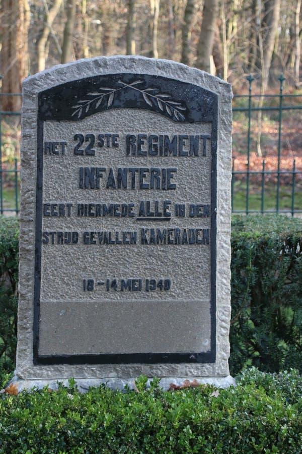 Lápides e estátuas no campo militar da honra no Grebberberg nos Países Baixos, onde o lof das soldas sentiu em 5 dias fotos de stock royalty free