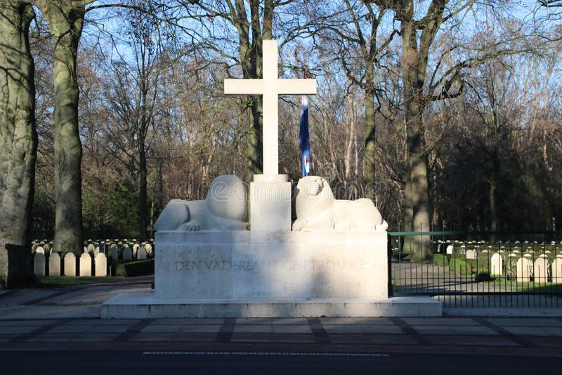 Lápides e estátuas no campo militar da honra no Grebberberg nos Países Baixos, onde o lof das soldas sentiu em 5 dias fotografia de stock