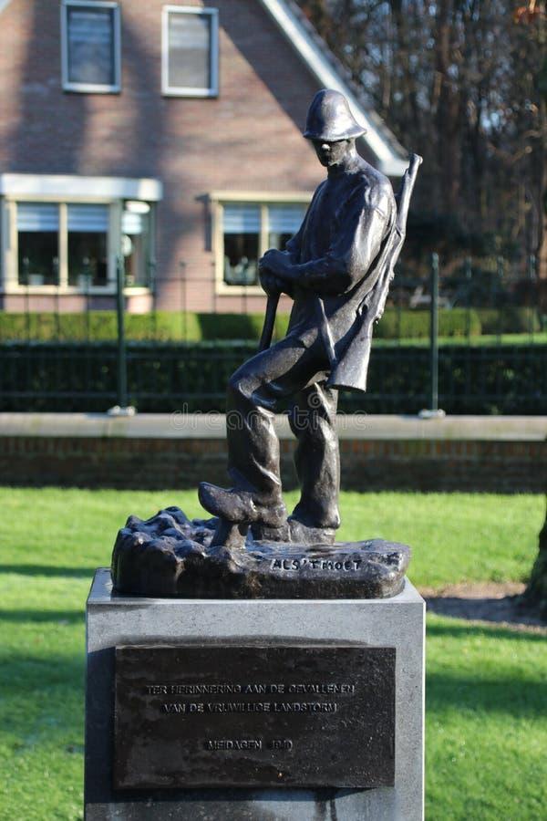 Lápides e estátuas no campo militar da honra no Grebberberg nos Países Baixos, onde o lof das soldas sentiu em 5 dias imagem de stock royalty free