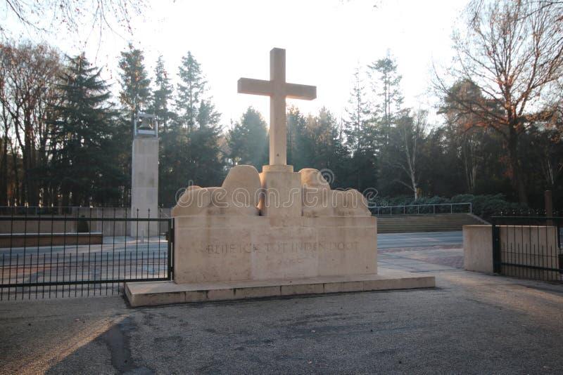 Lápides e estátuas no campo militar da honra no Grebberberg nos Países Baixos, onde o lof das soldas sentiu em 5 dias imagens de stock