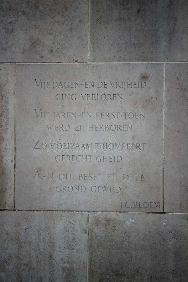 Lápides e estátuas no campo militar da honra no Grebberberg nos Países Baixos, onde o lof das soldas sentiu em 5 dias foto de stock
