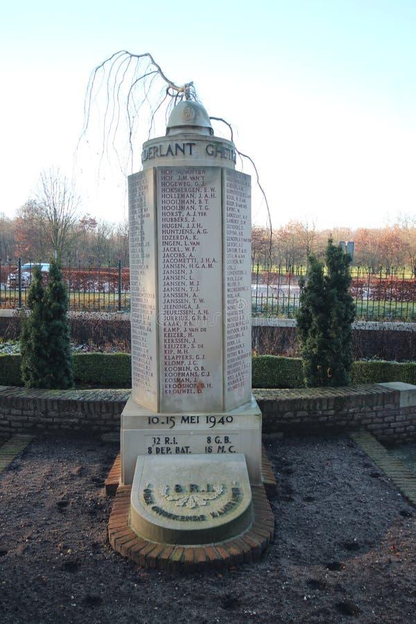 Lápides e estátuas no campo militar da honra no Grebberberg nos Países Baixos, onde o lof das soldas sentiu em 5 dias imagens de stock royalty free
