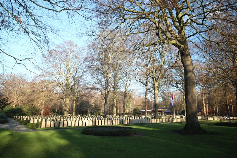Lápides e estátuas no campo militar da honra no Grebberberg nos Países Baixos, onde o lof das soldas sentiu em 5 dias imagem de stock