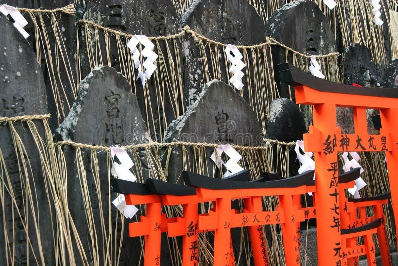 Download Lápides e Tori imagem de stock. Imagem de shrine, tombstone - 108233