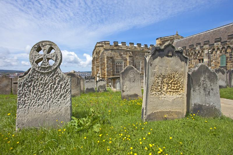 Lápides em Whitby Abbey imagem de stock royalty free