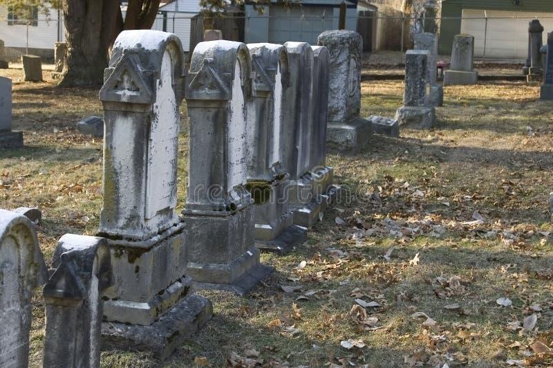 Lápides gastas no cemitério velho fotografia de stock
