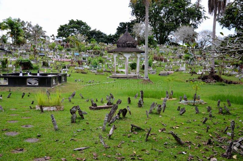 Lápides islâmicas muçulmanas das sepulturas no cemitério atrás da mesquita cor-de-rosa Kuching Malásia do estado foto de stock