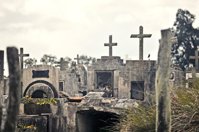 Lápides no cemitério imagens de stock