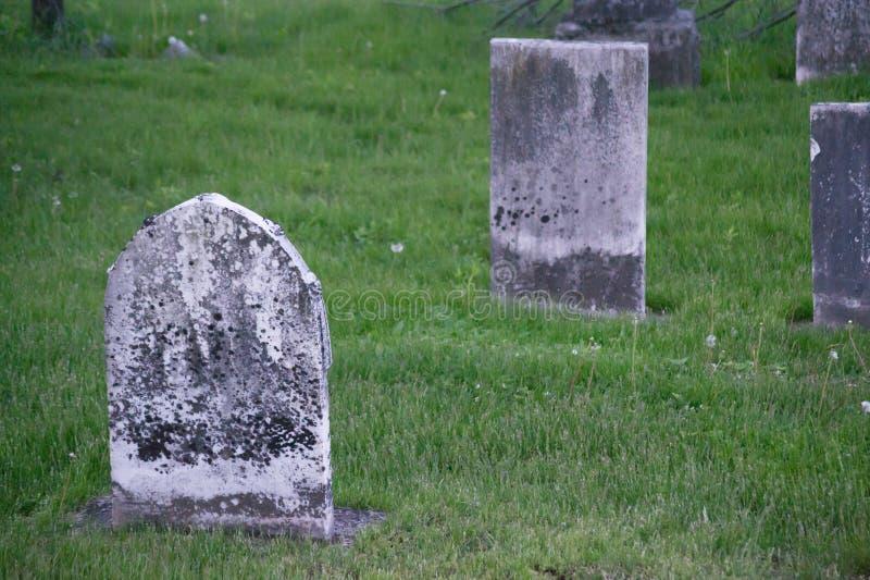 Lápides velhas do cemitério foto de stock