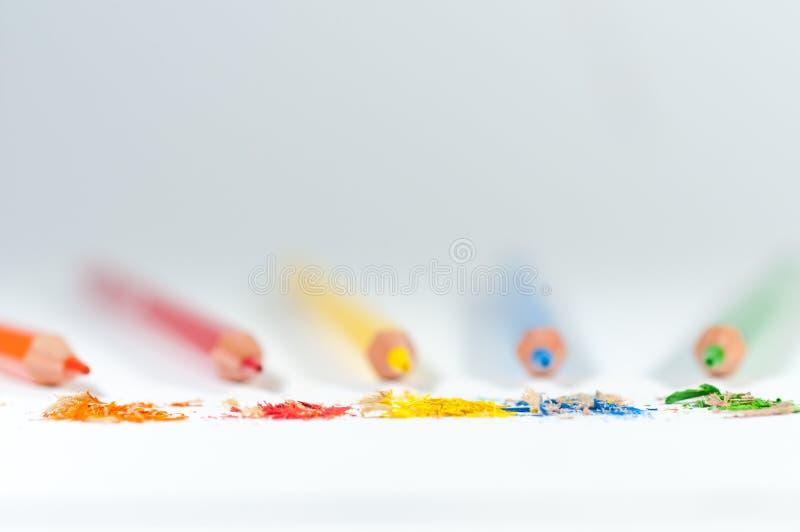 Lápis afiados no fundo, o desperdício após apontar no foco imagem de stock royalty free