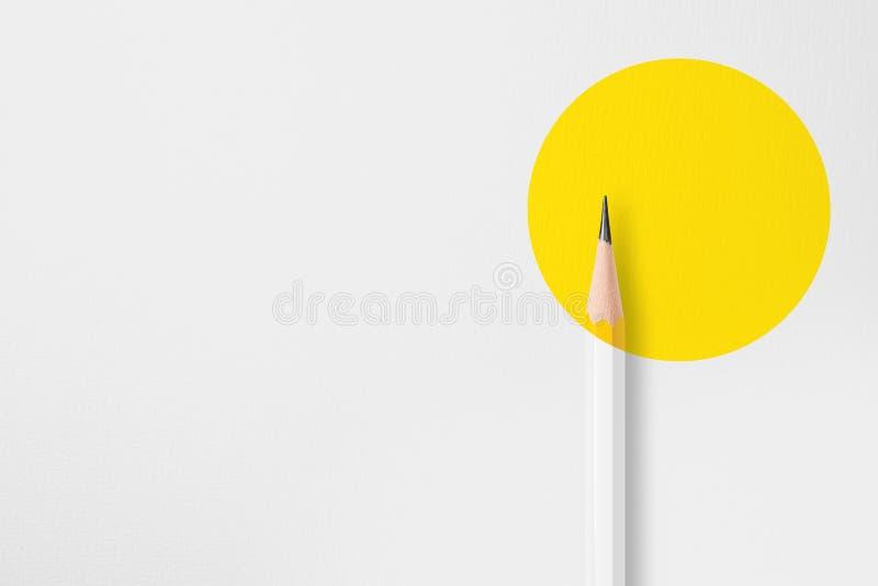Lápis amarelo com círculo amarelo imagens de stock royalty free