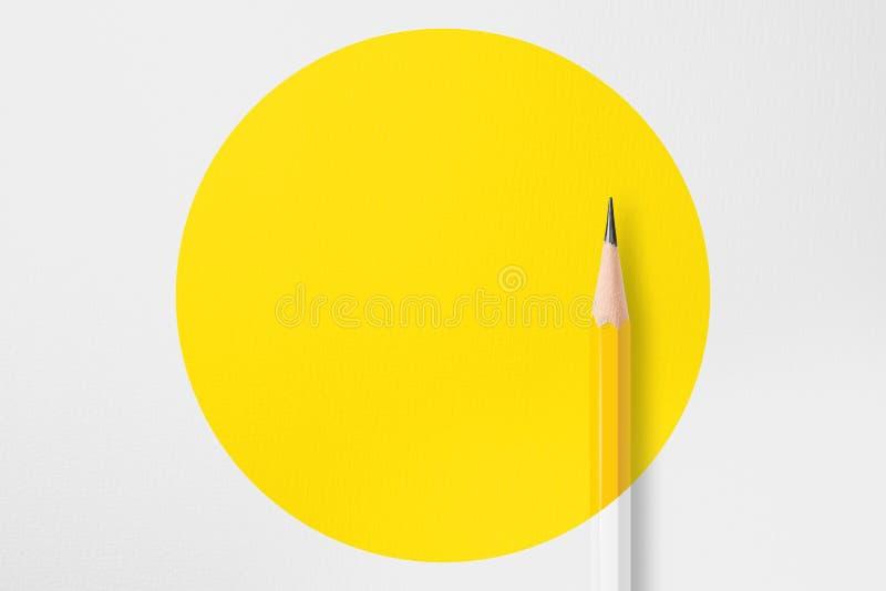 Lápis amarelo com círculo amarelo fotos de stock royalty free