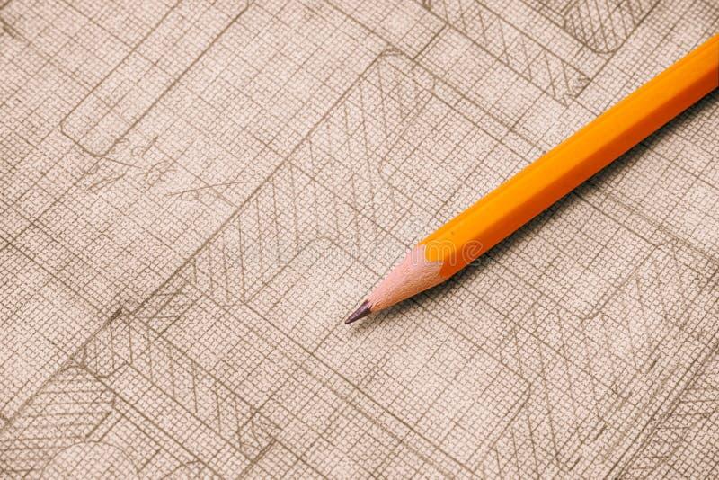 Lápis amarelo com o desenho técnico velho no papel de gráfico fotos de stock royalty free