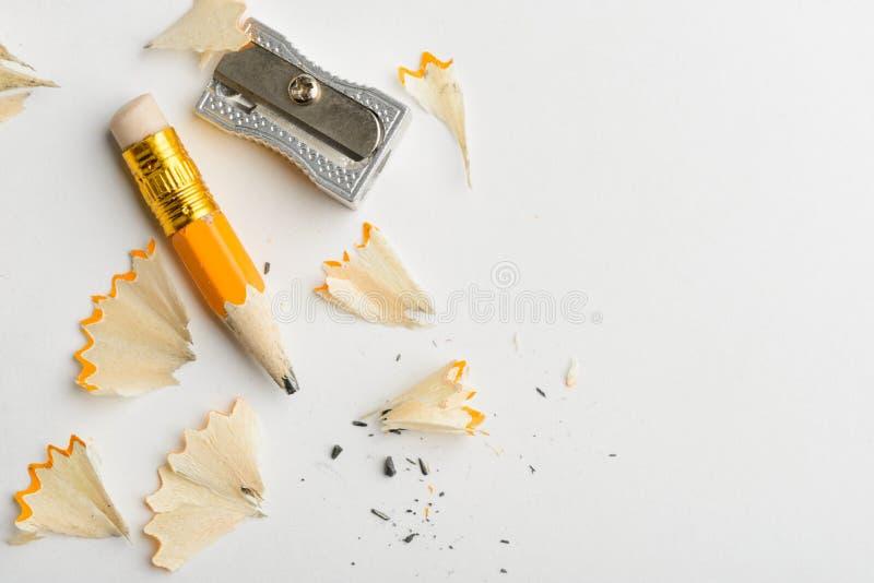 Lápis, aparas e apontador usados foto de stock