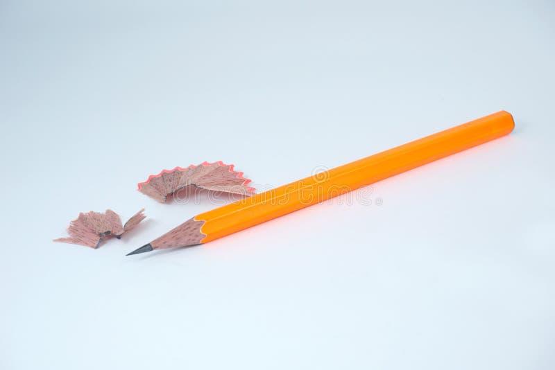 Lápis apontado e lápis que barbeiam no fundo branco fotografia de stock royalty free
