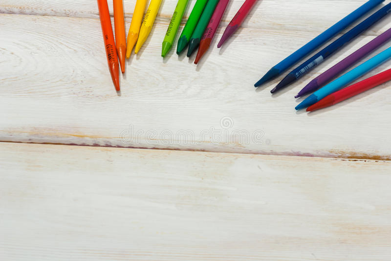 Lápis colorido na tabela branca imagens de stock