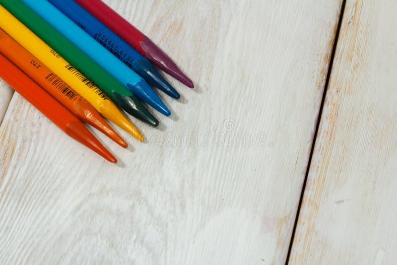 Lápis colorido na tabela branca foto de stock royalty free