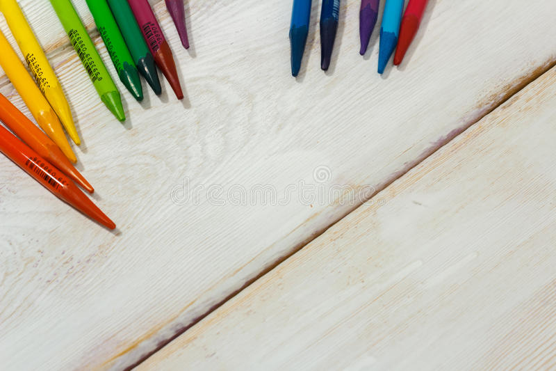 Lápis colorido na tabela branca imagem de stock