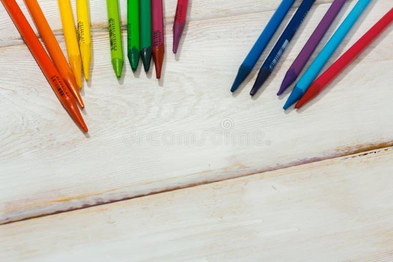 Lápis colorido na tabela branca fotografia de stock