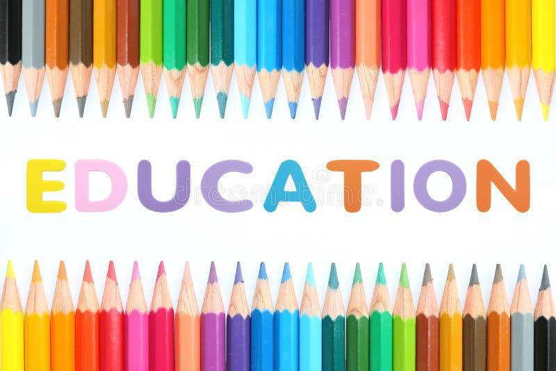 Lápis coloridos com borracha de esponja do alfabeto do texto 'EDUCAÇÃO 'sobre o fundo branco fotos de stock royalty free