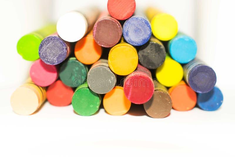 Lápis coloridos do pastel de cera arranjados nas fileiras e nas colunas fotografia de stock royalty free