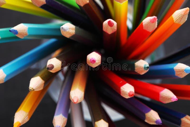 Lápis coloridos em uma caixa de lápis imagens de stock royalty free