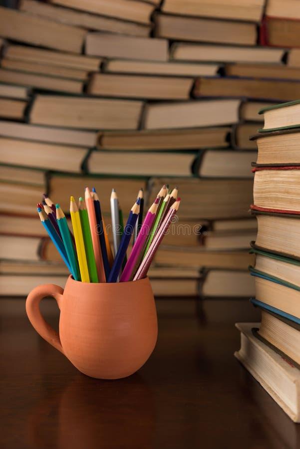 Lápis coloridos em uma caneca fotografia de stock