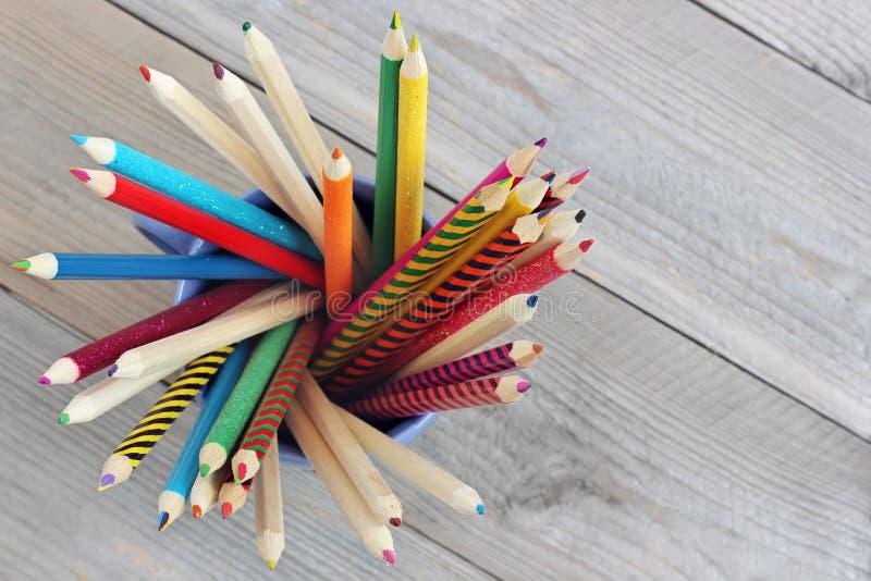 Lápis coloridos em uma caneca, vista superior imagens de stock royalty free