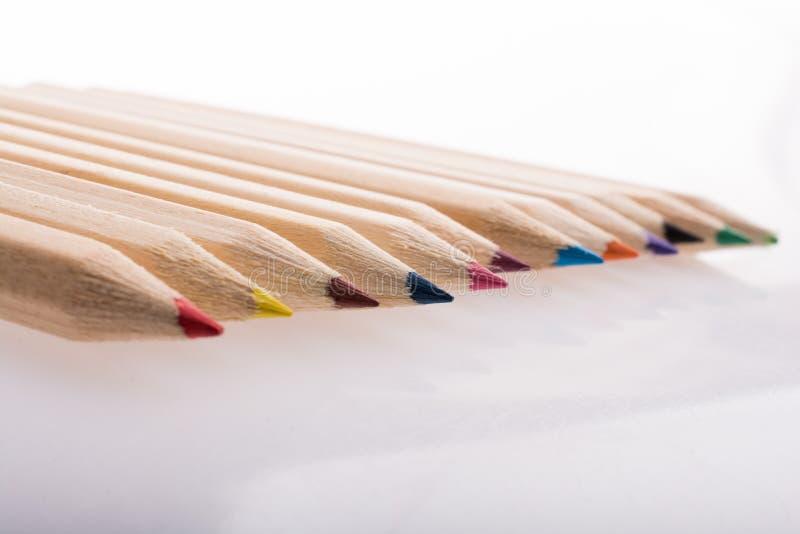 Lápis coloridos em uma fileira no fundo branco fotografia de stock