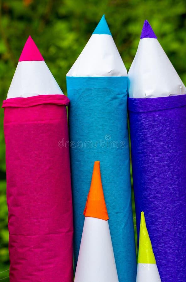 Lápis coloridos enormes em azul, no rosa e em roxo Feriado de escola caseiro do elemento da decoração imagens de stock royalty free