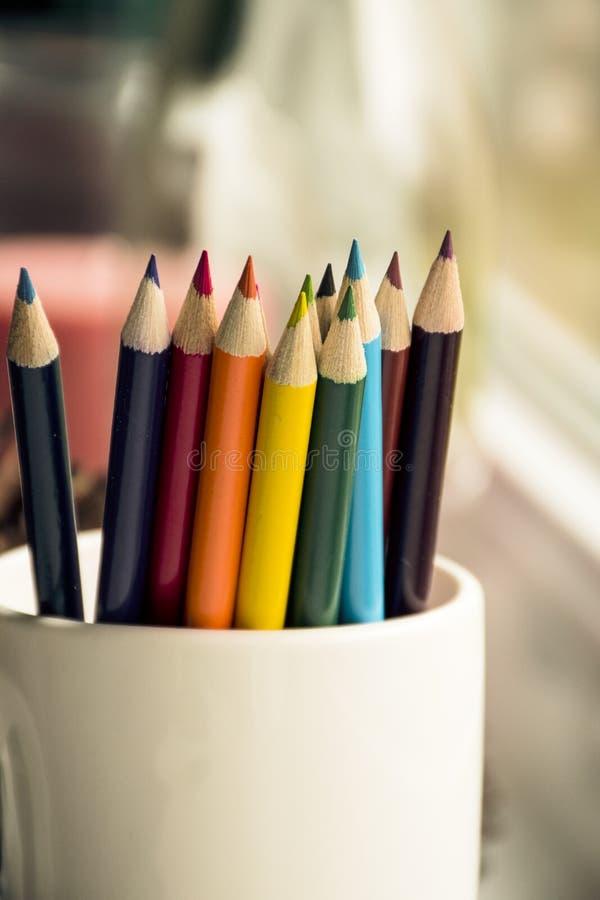 Lápis coloridos na caneca fotografia de stock