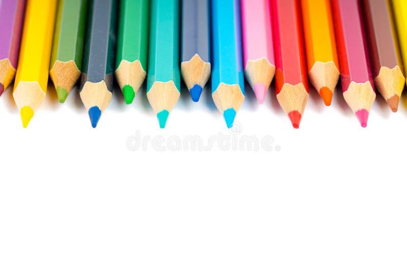 Lápis coloridos na fileira no branco imagens de stock